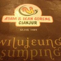 Photo taken at Ayam dan Ikan Goreng Cianjur by rizki n. on 8/21/2012