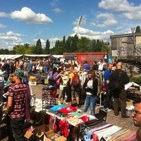 Das Foto wurde bei Flohmarkt am Mauerpark von Elke A. am 7/22/2012 aufgenommen