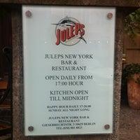 Das Foto wurde bei Julep's New York Bar & Restaurant von Film F. am 4/26/2012 aufgenommen
