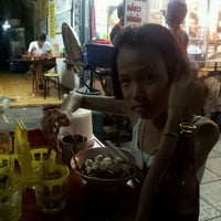 Photo taken at ชายสี่ บะหมี่ เกี๊ยว อร่อยจริงๆ by วันชนะ ล. on 7/10/2012