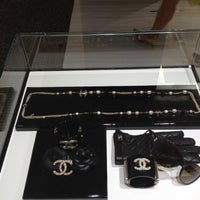 Foto tirada no(a) CHANEL Boutique por Lauren W. em 9/7/2012