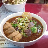 Photo taken at 常德津市牛肉米粉店 Jinshi Rice Noodle by Kyle X. on 9/12/2012