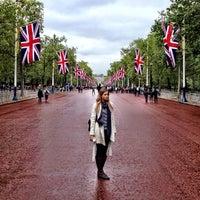 Photo taken at Buckingham Palace Gardens by Leo P. on 6/13/2012