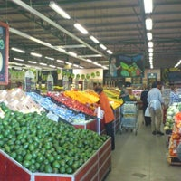 Foto tomada en Food Lover's Market por Waheed el 9/5/2012