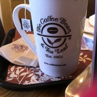 Photo taken at The Coffee Bean & Tea Leaf by 黄友妮 D. on 4/3/2012