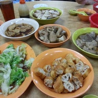 Photo taken at Heng Kee Bak Kut Teh 兴记肉骨茶 by Rubie Koh on 6/17/2012