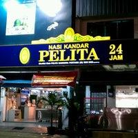 Photo taken at Nasi Kandar Pelita by Azman Y. on 2/5/2012