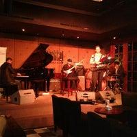 Foto tirada no(a) BlackCat Jazz & Blues Club por connie p. em 2/22/2012