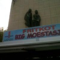 Photo taken at Fritkot Valerie & Moestasje by Geoffroy V. on 8/20/2012
