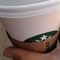 Foto tirada no(a) Starbucks por Ricky D. em 8/8/2012