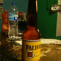 Photo taken at Alcatraz  Rest Bar - Alitas y Cerveza by Verónica O. on 8/24/2014