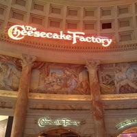 Foto scattata a The Cheesecake Factory da Mike m. il 6/22/2013