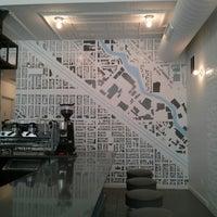 7/18/2013 tarihinde Paul S.ziyaretçi tarafından Intelligentsia Coffee Bar'de çekilen fotoğraf