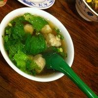 Das Foto wurde bei 老鄧擔擔麵 von Yenyo C. am 1/25/2013 aufgenommen