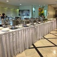 Foto tirada no(a) Restaurante Do Hotel Sol Belo Horizonte por Humberto F. em 7/17/2013