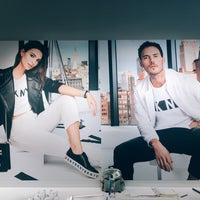 Foto tomada en DKNY por Alex N. el 8/6/2018