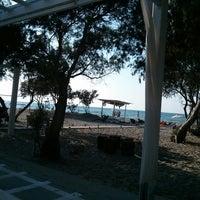 Photo taken at Ακρωτήριο Lounge Beach Bar by Aurimas G. on 8/13/2013