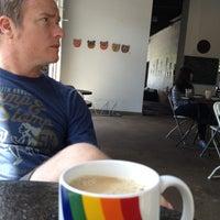 Foto tomada en Hodgepodge Coffeehouse and Gallery por brigflood el 4/21/2013