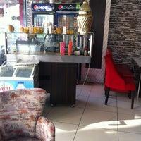 Photo taken at Bir Dunya Dondurma Cafe by Gözde K. on 12/26/2013