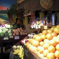 Foto tirada no(a) Johnny D's Fruit & Produce por Colin B. em 3/26/2013