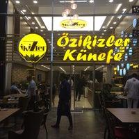 Foto tomada en Özikizler Künefe por Hüseyin K. el 9/27/2017