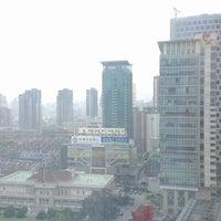 Photo taken at Shanghai Int'l Equatorial Hotel | 上海国际贵都大饭店 by Jo R. on 3/27/2013