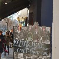 Foto scattata a R.M.C.M Ramones Museum da Brynja S. il 3/18/2018