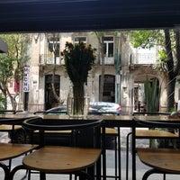 Foto tomada en Rompeolas Café por Damon S. el 5/5/2018