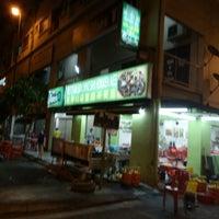 Photo taken at Restoran San Ching San Hokkien Mee 新青山福建麵茶餐室 by Raymond C. on 9/30/2016