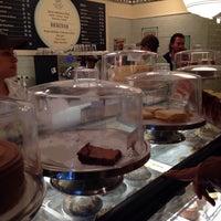 Foto tomada en Magnolia Bakery por Mark G. el 11/30/2014