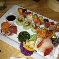 Photo prise au The Cowfish Sushi Burger Bar par Kaitlin T. le6/18/2013
