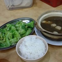 Photo taken at Man Li Hiong Bak Kut Teh 萬里香肉骨恭茶 by Alien on 8/25/2015