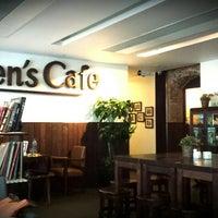 Foto scattata a Queen's Café da Carmen L. il 4/16/2014