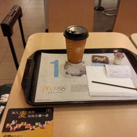 Photo taken at McDonald's (麦当劳) by Seungman H. on 10/24/2012
