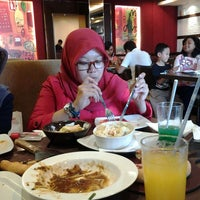 Photo taken at Pizza Hut pesona khayangan by devi maya l. on 12/7/2013