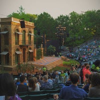 Foto tirada no(a) Delacorte Theater por Vincent Y. em 6/5/2014