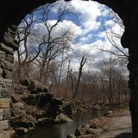Das Foto wurde bei Central Park - North Woods von Angela W. am 3/23/2013 aufgenommen