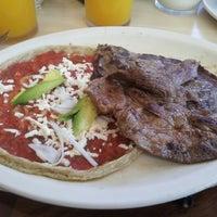 Das Foto wurde bei Los Farolitos von abraham l. am 1/27/2013 aufgenommen