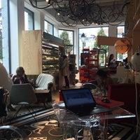 Снимок сделан в Léopold Café Presse пользователем Geoffroy 10/22/2014