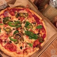 Das Foto wurde bei Blaze Pizza von Abdulrahman am 10/10/2016 aufgenommen