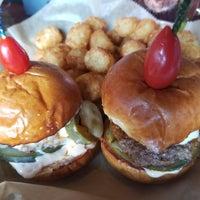 รูปภาพถ่ายที่ Hamburger Mary's / Andersonville Brewing โดย Jeralyn M. เมื่อ 9/22/2017