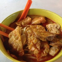 Photo taken at Jalan Ipoh Curry Mee by Joe K. on 9/12/2013