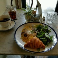 Foto diambil di Le Salbuen Cafe Market oleh Mike B. pada 10/1/2016