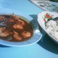 Photo taken at Seafood Central Rasa by sharzjn o. on 3/15/2012