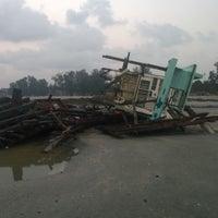 Foto tirada no(a) Pantai Mersing por Safwan A. em 1/25/2014