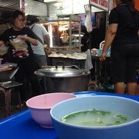Photo taken at ข้าวมันไก่ ไทยศิลป์ พาราไดซ์ by หนึ่ง ว. on 4/16/2014