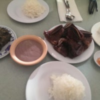 Foto tomada en Helena's Hawaiian Food por Megan A. el 3/19/2014