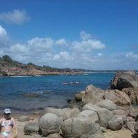 Foto tirada no(a) Praia de Calhetas por Janayna L. em 12/22/2012