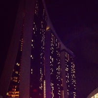 Foto tirada no(a) Marina Bay Sands Boardwalk por Ralphie L. em 11/23/2012