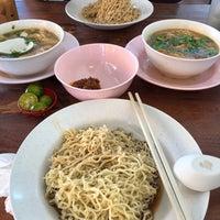 Photo taken at Mdm Ing Fish Noodle 亞殷魚頭粉麵 by Petite P. on 2/25/2018